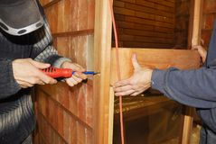 Instalación del balneario seco de la sauna de la sal con la sal de madera e himalayan w foto de archivo libre de regalías