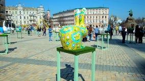 Instalación del conejito de pascua, Kiev, Ucrania almacen de video