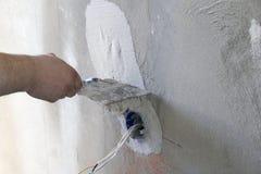 Instalación del enchufe de pared Trabajo sobre la instalación de los mercados eléctricos El electricista prepara los mercados apr fotografía de archivo libre de regalías