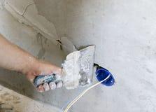 Instalación del enchufe de pared Trabajo sobre la instalación de los mercados eléctricos El electricista prepara los mercados apr fotos de archivo libres de regalías