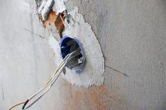 Instalación del enchufe de pared Trabajo sobre la instalación de los mercados eléctricos El electricista prepara los mercados apr imágenes de archivo libres de regalías