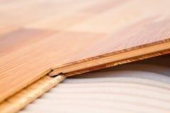 Instalación del entarimado de madera natural fotos de archivo