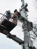Instalación del equipo en la torre de la célula Fotos de archivo