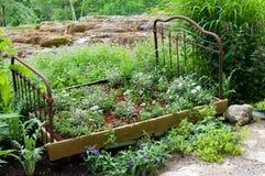 Instalación del jardín con la cama vieja Foto de archivo