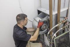 Instalación del motor del reparador de la HVAC Fotos de archivo libres de regalías