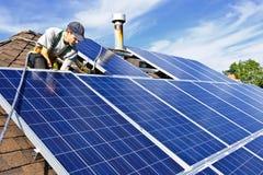 Instalación del panel solar fotografía de archivo libre de regalías