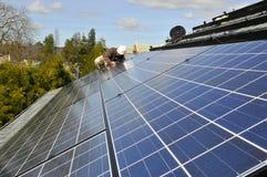 Instalación del panel solar que ata con alambre 2 Imagenes de archivo