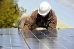 Instalación del panel solar que ata con alambre 3 fotografía de archivo