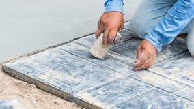 Instalación del piso de tejas en construcción Imagenes de archivo
