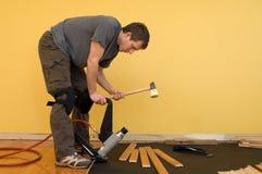 Instalación del suelo de madera dura Imágenes de archivo libres de regalías