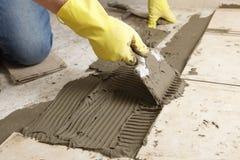 Instalación del suelo del azulejo Imagen de archivo libre de regalías