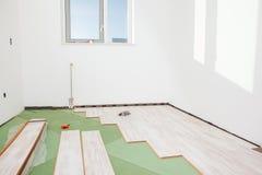 Instalación del suelo laminado imagen de archivo