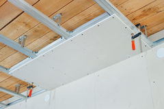 Instalación del techo suspendido foto de archivo libre de regalías