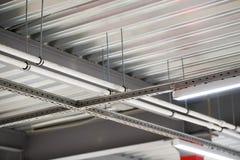 Instalación del techo suspendido de los accesorios de iluminación Foto de archivo libre de regalías