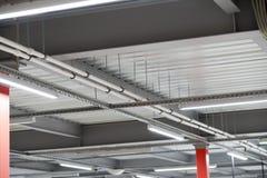 Instalación del techo suspendido de los accesorios de iluminación Imagenes de archivo