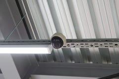 Instalación del techo suspendido de los accesorios de iluminación Fotos de archivo