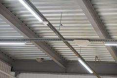 Instalación del techo suspendido de los accesorios de iluminación Imagen de archivo libre de regalías