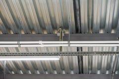 Instalación del techo suspendido de los accesorios de iluminación Fotografía de archivo libre de regalías