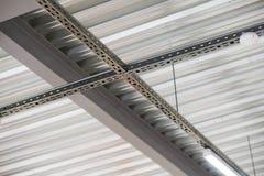 Instalación del techo suspendido de los accesorios de iluminación Imagen de archivo