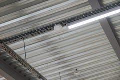 Instalación del techo suspendido de los accesorios de iluminación Imágenes de archivo libres de regalías