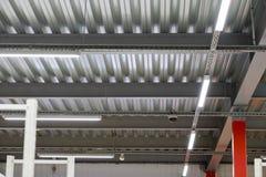 Instalación del techo suspendido de los accesorios de iluminación Foto de archivo
