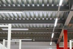 Instalación del techo suspendido de los accesorios de iluminación Fotografía de archivo