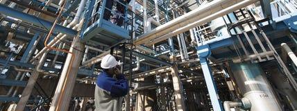 Instalación del trabajador y de la sustancia química de la refinería Imágenes de archivo libres de regalías