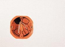 Instalación del zócalo en una pared con un alambre eléctrico imagenes de archivo