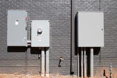 Instalación eléctrica del servicio contra la pared Foto de archivo libre de regalías