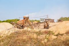 Instalación minera del transportador para la extracción y machacamiento de la piedra, realizando el proceso del proceso de fotografía de archivo libre de regalías