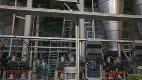 Instalación moderna en una fábrica industrial pesada, nueva fábrica, producción, equipo de la fábrica, interior almacen de video