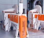 Instalación moderna para la producción de cereales de la comida, un taller de la producción con el equipo para hacer los cereales foto de archivo