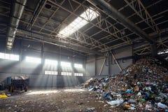 Instalación moderna para procesar y clasificar de la basura urbana municipal fotografía de archivo libre de regalías