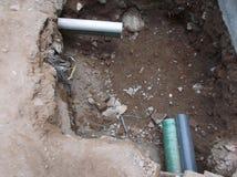 Instalación plástica del tubo de la alcantarilla de la ciudad Imagen de archivo libre de regalías