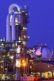 Instalación química en la noche Imagen de archivo