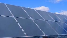 Instalación solar del módulo que funciona contra el cielo en el fondo almacen de video
