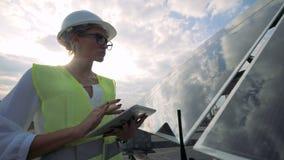 Instalación solar transparente y un inspector de la señora que trabaja cerca de ella almacen de video