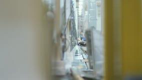 Instalación y control de las piezas eléctricas del refrigerador en la planta almacen de metraje de vídeo