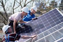 Instalaci?n del sistema fotovoltaico solar del panel en el tejado de la casa fotos de archivo