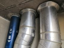 Instalaci wodnokanalizacyjnej linia Dla Sanitarnego systemu Drymba aluminiowa kurtka fotografia royalty free