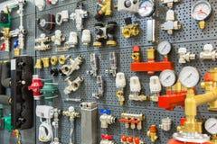 Instalaci wodnokanalizacyjnej wyposażenia naciska cieplarka i czujniki zdjęcia stock