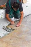 Instalación de los azulejos de suelo Imagen de archivo