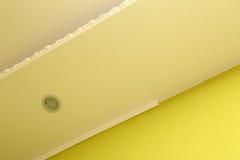 Instalación del moldeado plástico al techo y a la pared Foto de archivo libre de regalías
