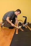 Instalación del suelo de madera dura Foto de archivo