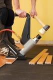 Instalación del suelo de madera dura Imagen de archivo