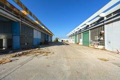 Instalaciones de la ayuda en un aeropuerto abandonado Fotos de archivo
