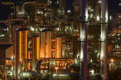 Instalaciones de producción químicas en la noche fotografía de archivo