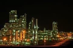 Instalaciones de producción químicas en la noche imagen de archivo