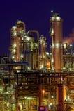 Instalaciones de producción químicas en la noche imagen de archivo libre de regalías