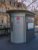 Instalaciones de retrete público en París, Francia imagenes de archivo
